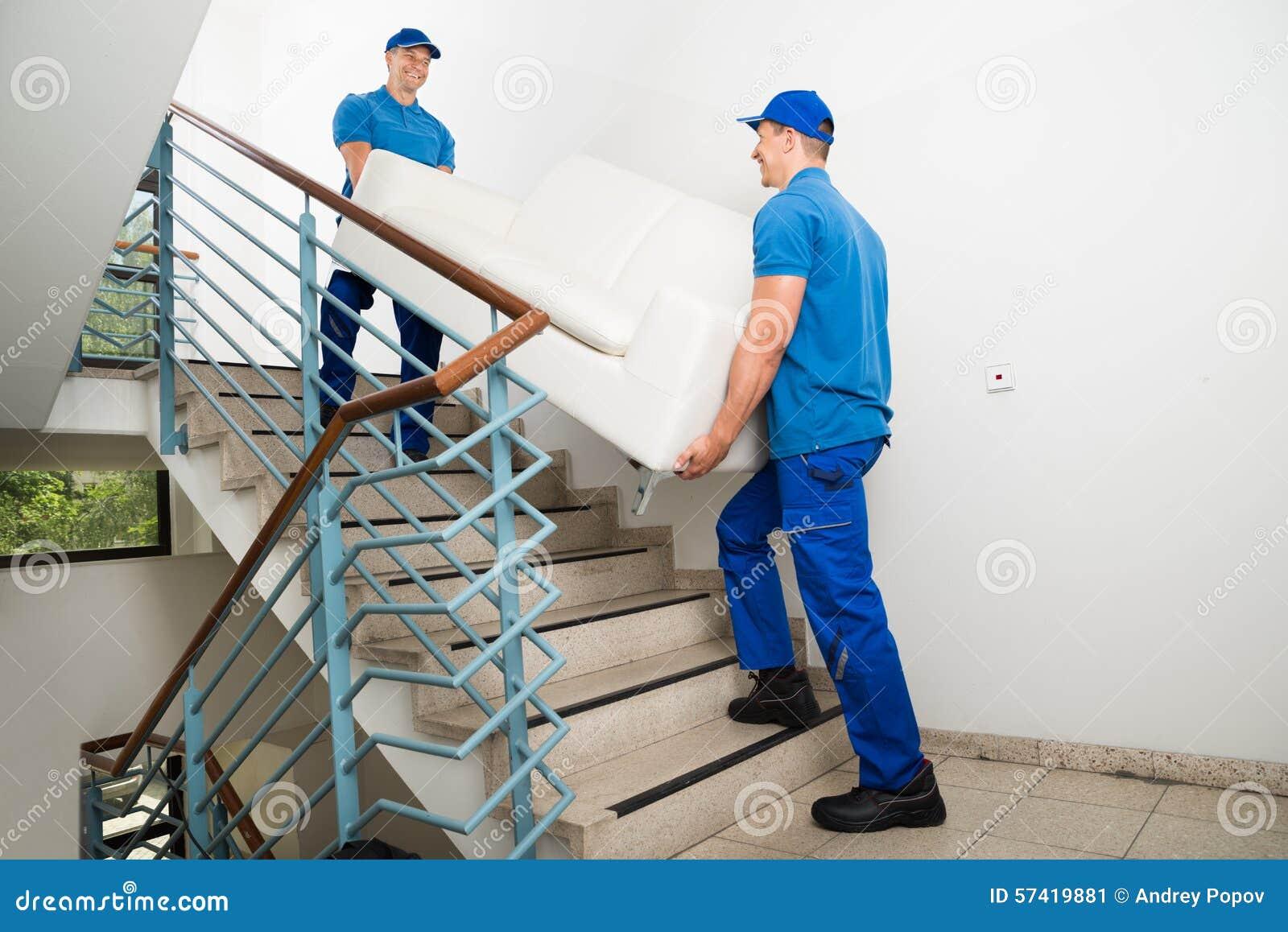 Dos motores masculinos que llevan a Sofa On Staircase