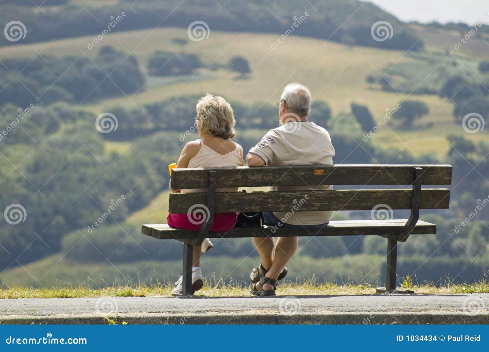 Dos Más Viejas Personas Que Se Sientan En Un Banco