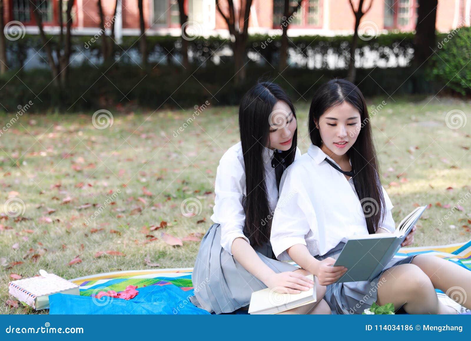 Dos Muchachas Bonitas Chinas Asiáticas Preciosas Que El