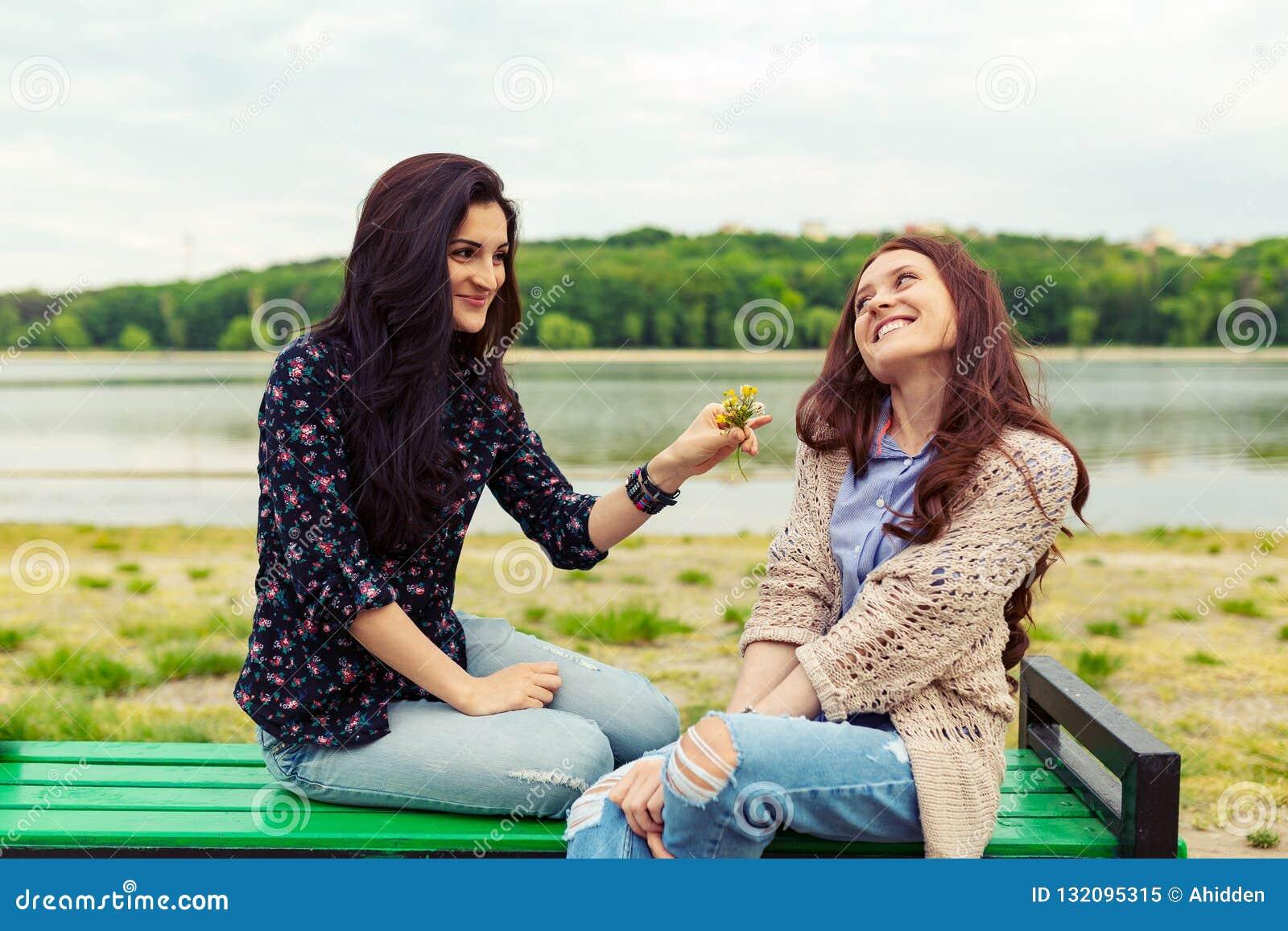 Dos Muchachas Bonitas De Las Hermanas Que Se Divierten Junto