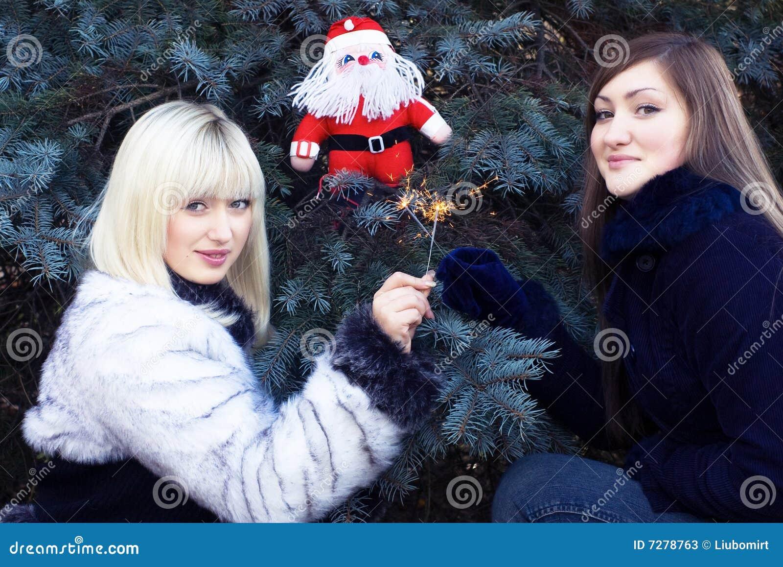 Dos muchachas con Santa y los sparklers