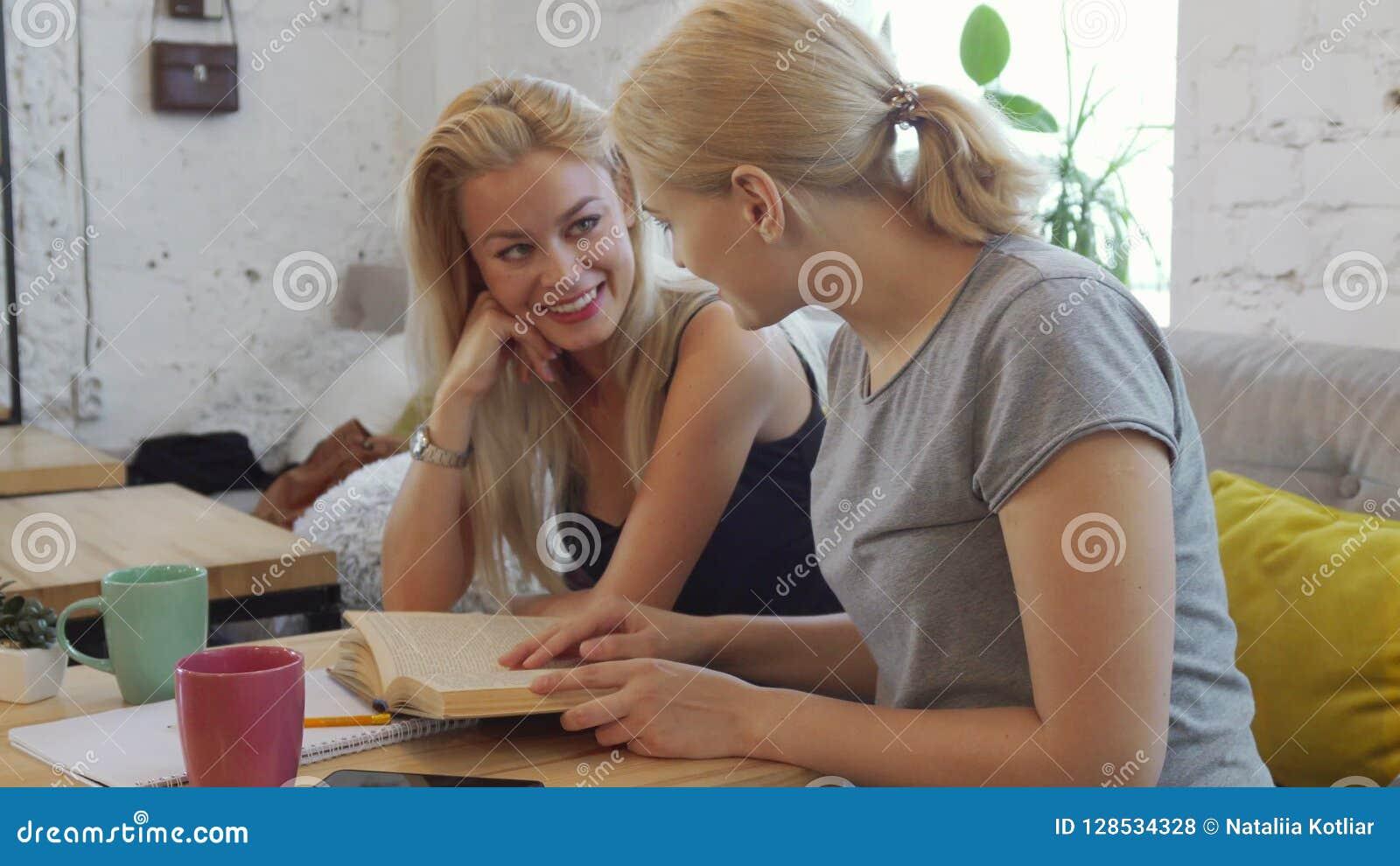 Dos muchachas están leyendo un libro