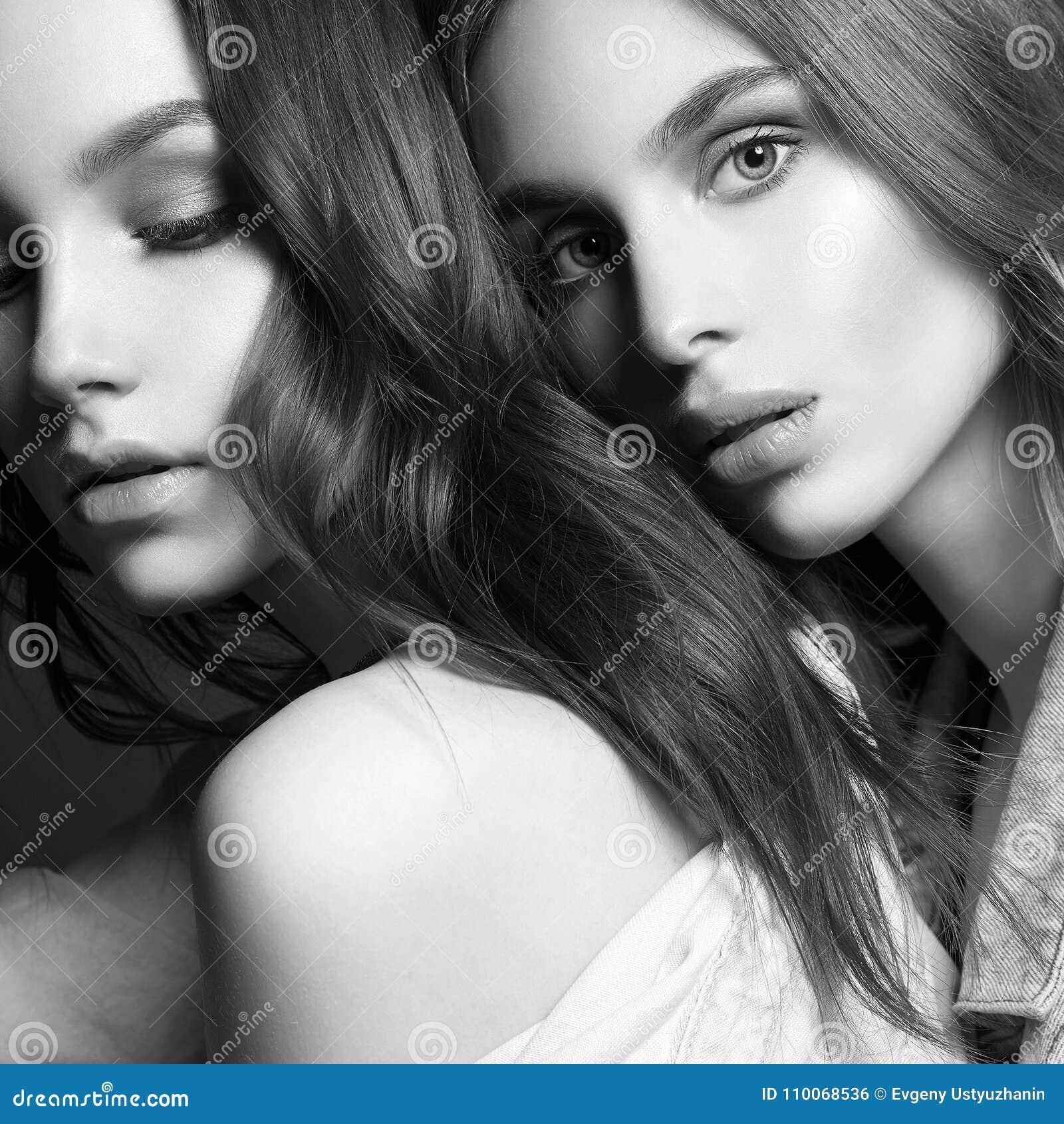 Dos Muchachas Hermosas Pares Encantadores Abrazo De Mujeres