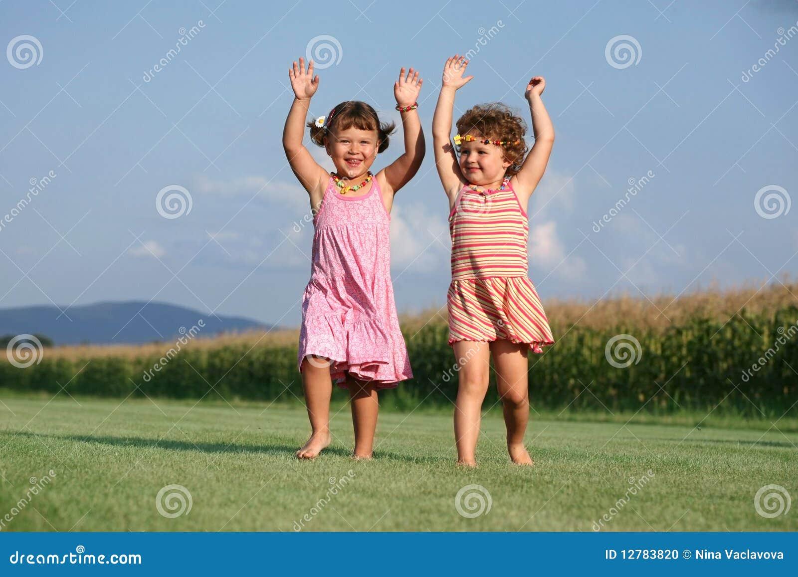 Dos muchachas que juegan al aire libre