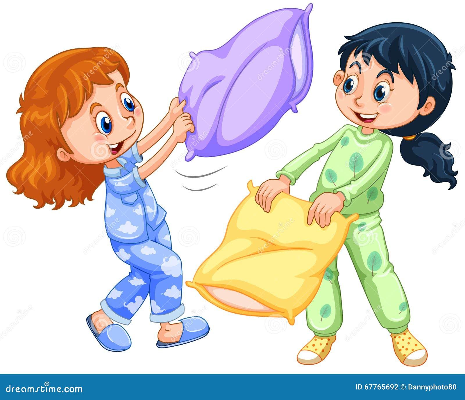 Dos muchachas que juegan lucha de almohada en la fiesta de pijamas