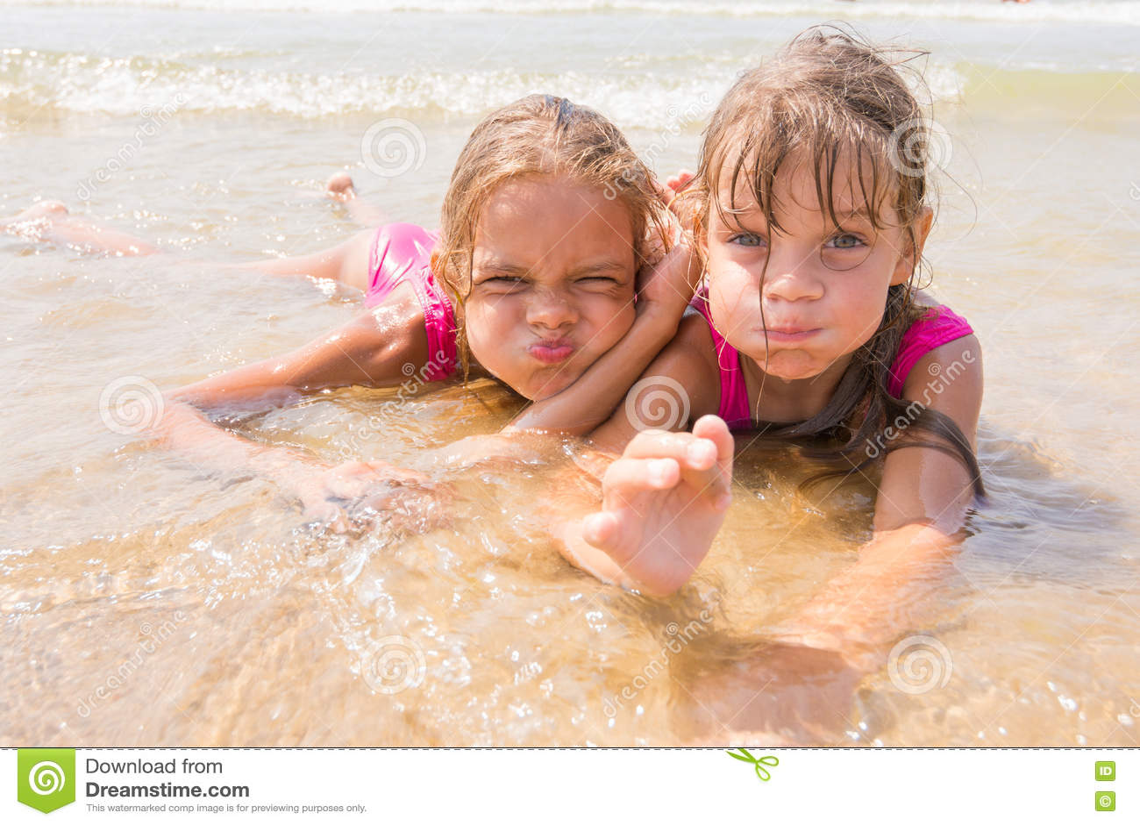 Dos Muchachas Que Mienten En Agua Poco Profunda Y Diversión Que ...