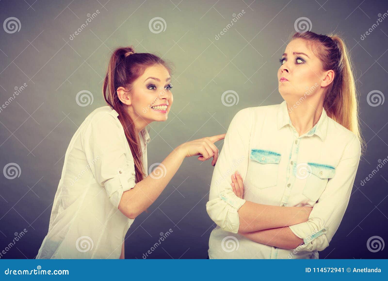 Dos muchachas que tienen discusión, conflicto interpersonal