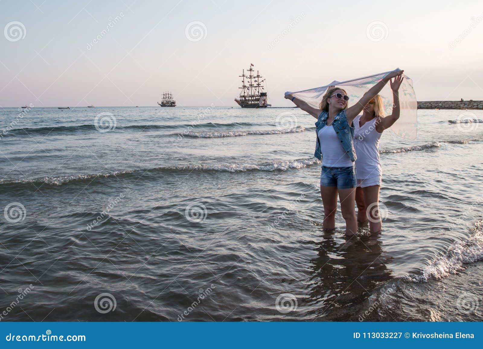 Dos muchachas rubias en la playa cerca del mar