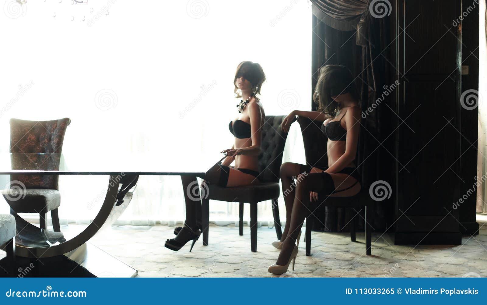 Dos muchachas saxy en ropa interior