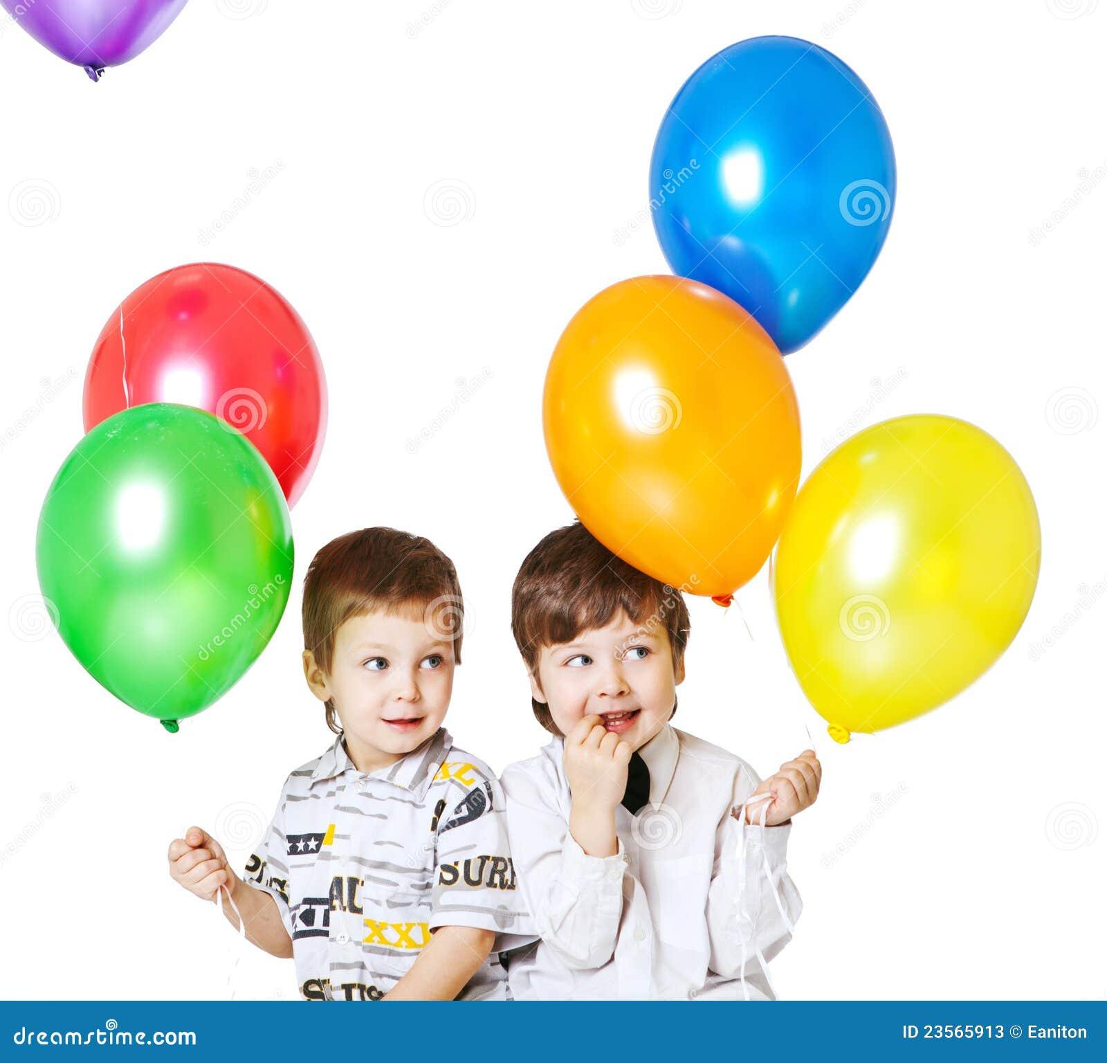 Dos muchachos con los baloons