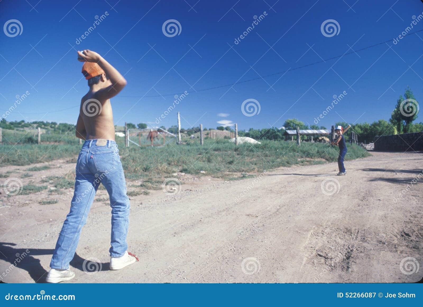 Dos muchachos que juegan al béisbol en un camino de tierra, San Miguel, nanómetro