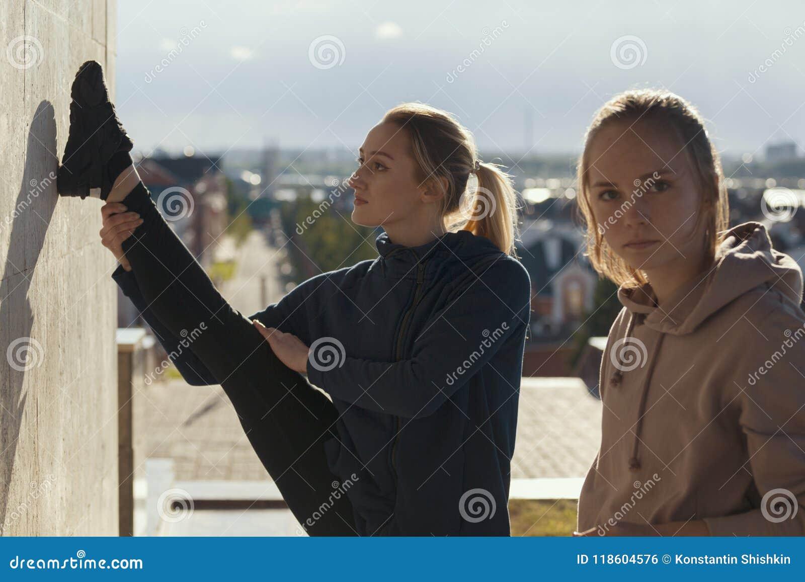 4cc894cf6 Dos Mujeres Atractivas Jovenes Que Hacen La Acrobacia Con Paisaje ...