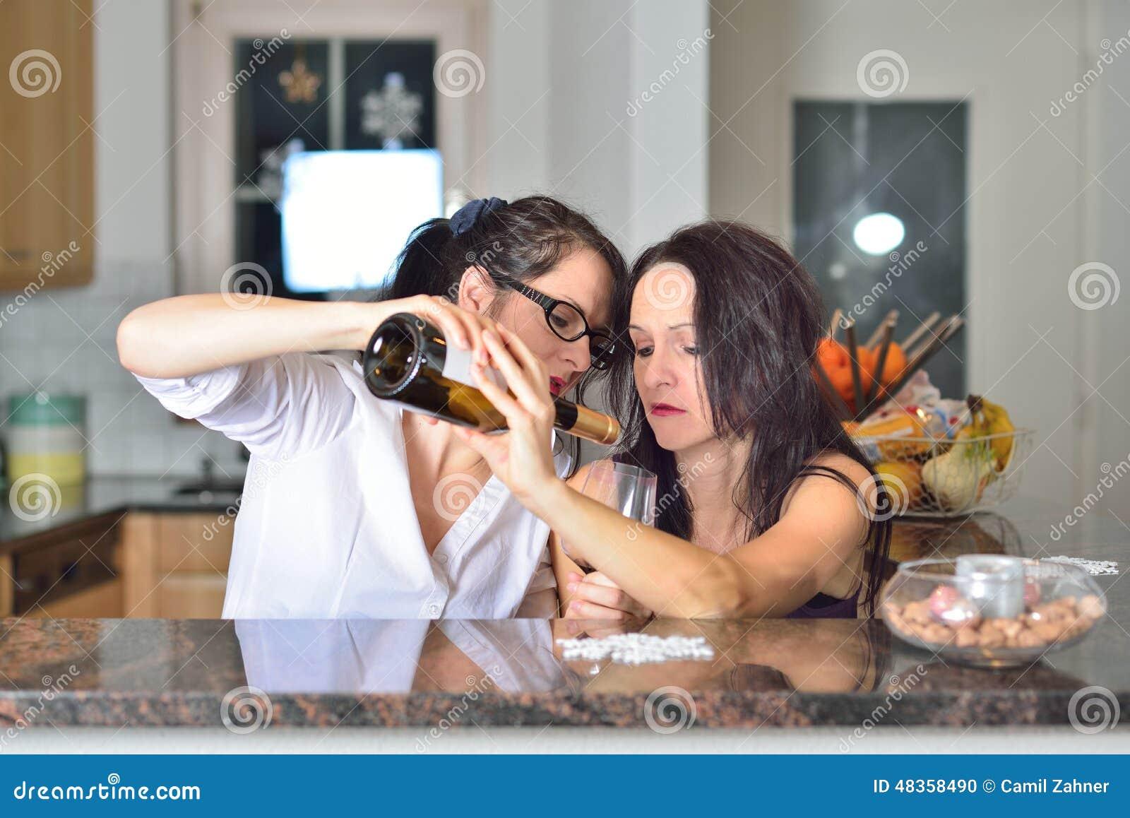 43ffacf62c Dos mujeres borrachas foto de archivo. Imagen de botella - 48358490
