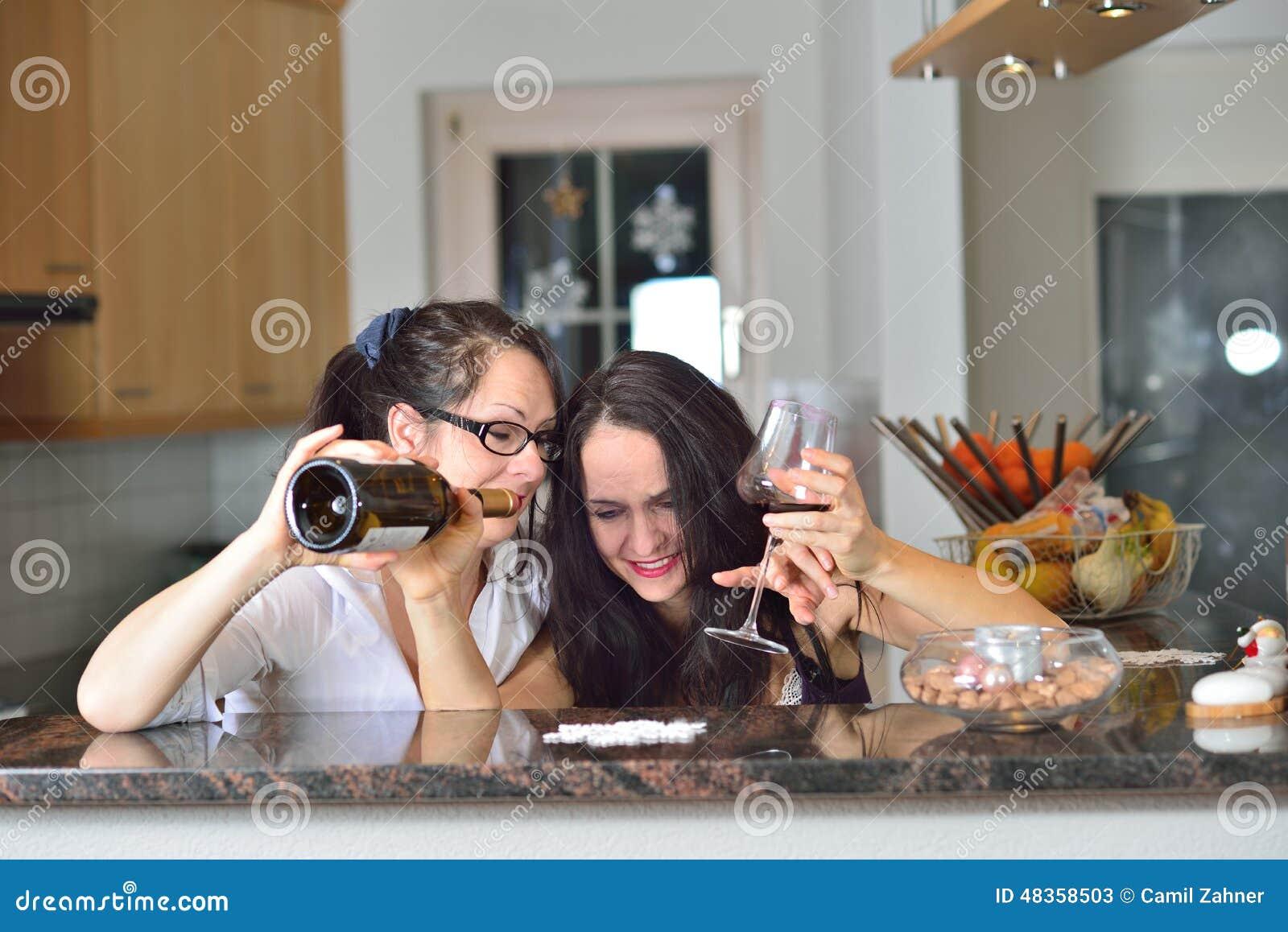 8b27c1705e Dos mujeres borrachas imagen de archivo. Imagen de cumpleaños - 48358503