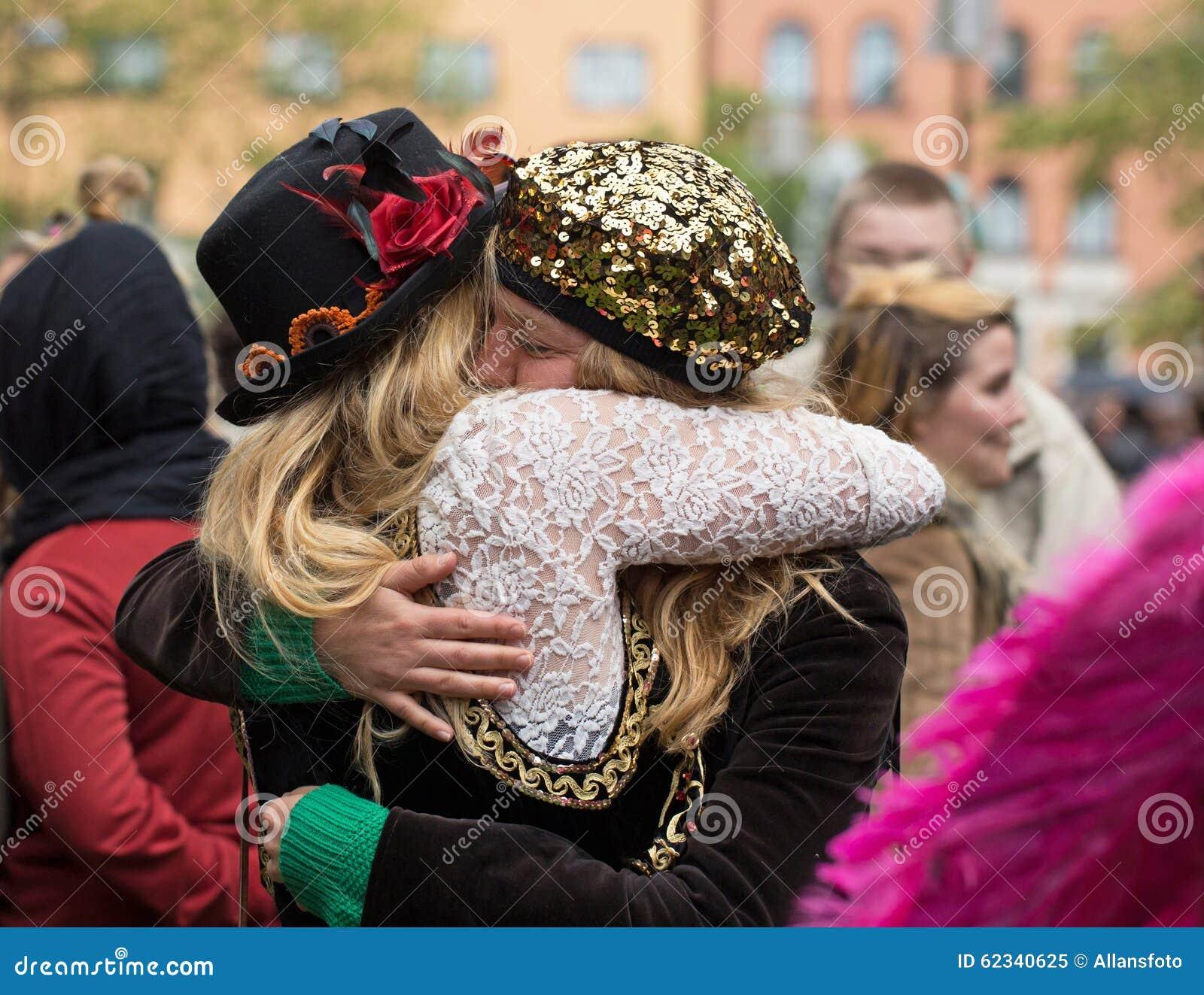 Dos mujeres de abrazo