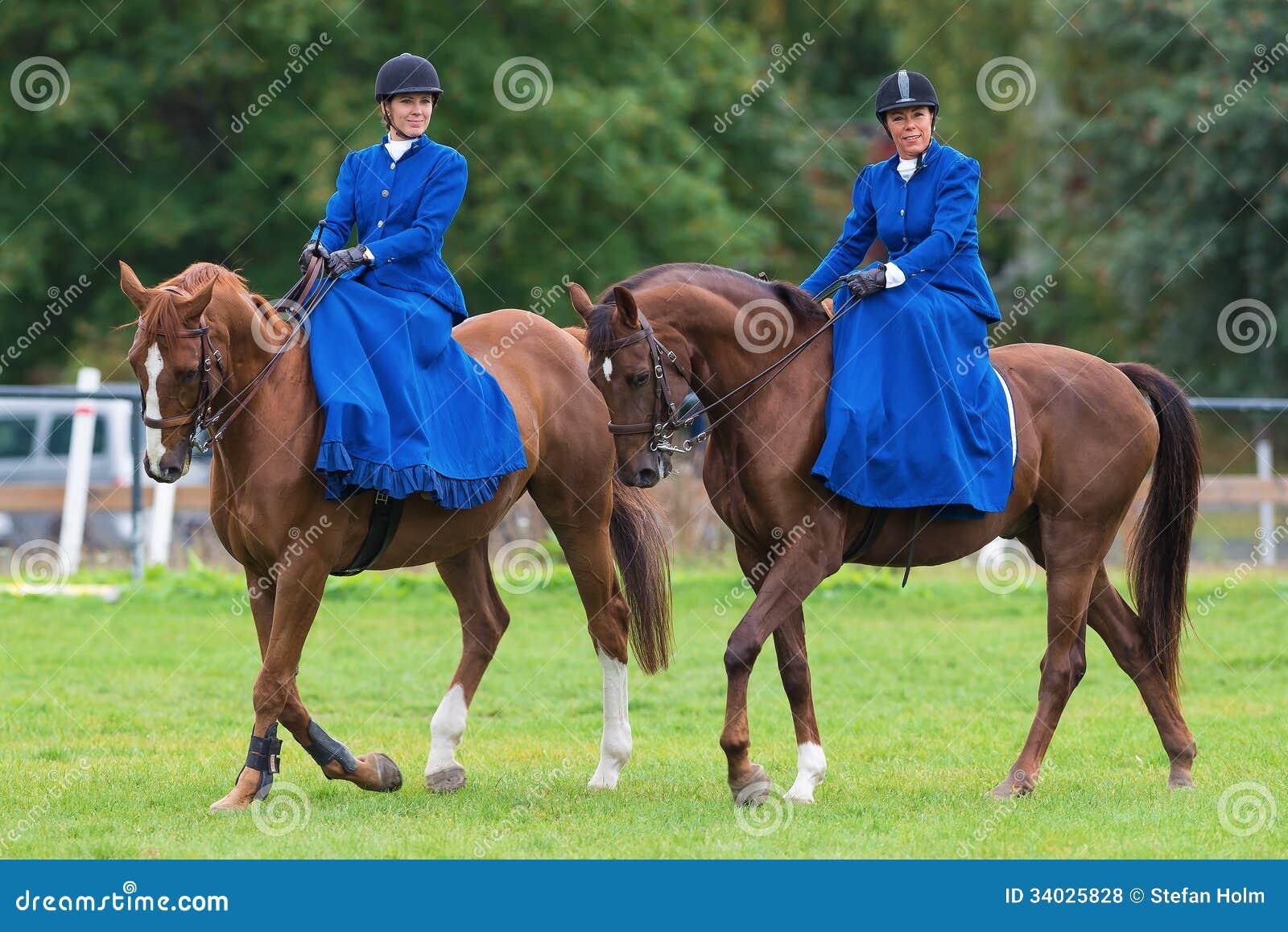 Dos mujeres de la silla para montar a mujeriegas del montar a caballo de la estrella azul foto - Silla montar caballo ...