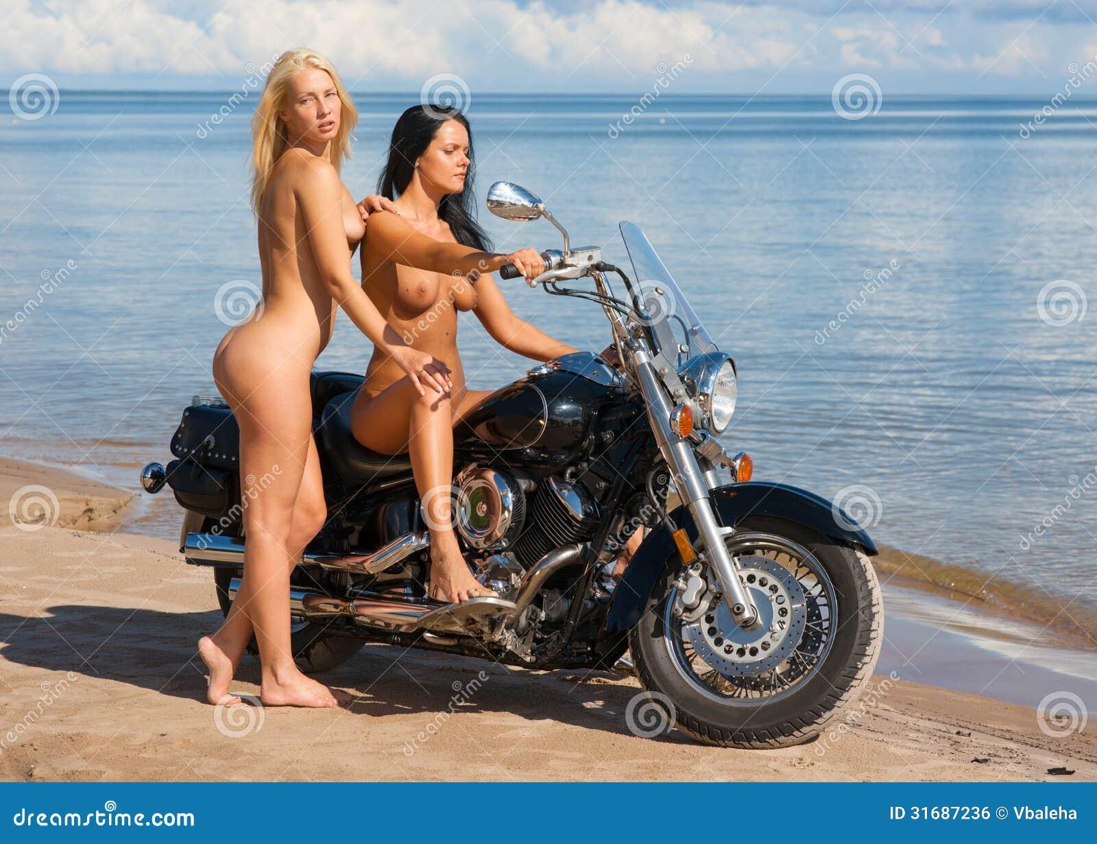 Dos Mujeres Desnudas Hermosas Con La Motocicleta Foto De Archivo