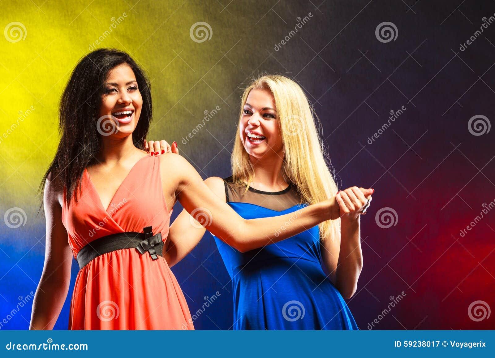 Download Dos Mujeres Divertidas Que Llevan A Cabo Las Manos En Vestidos Imagen de archivo - Imagen de cumpleaños, caucásico: 59238017