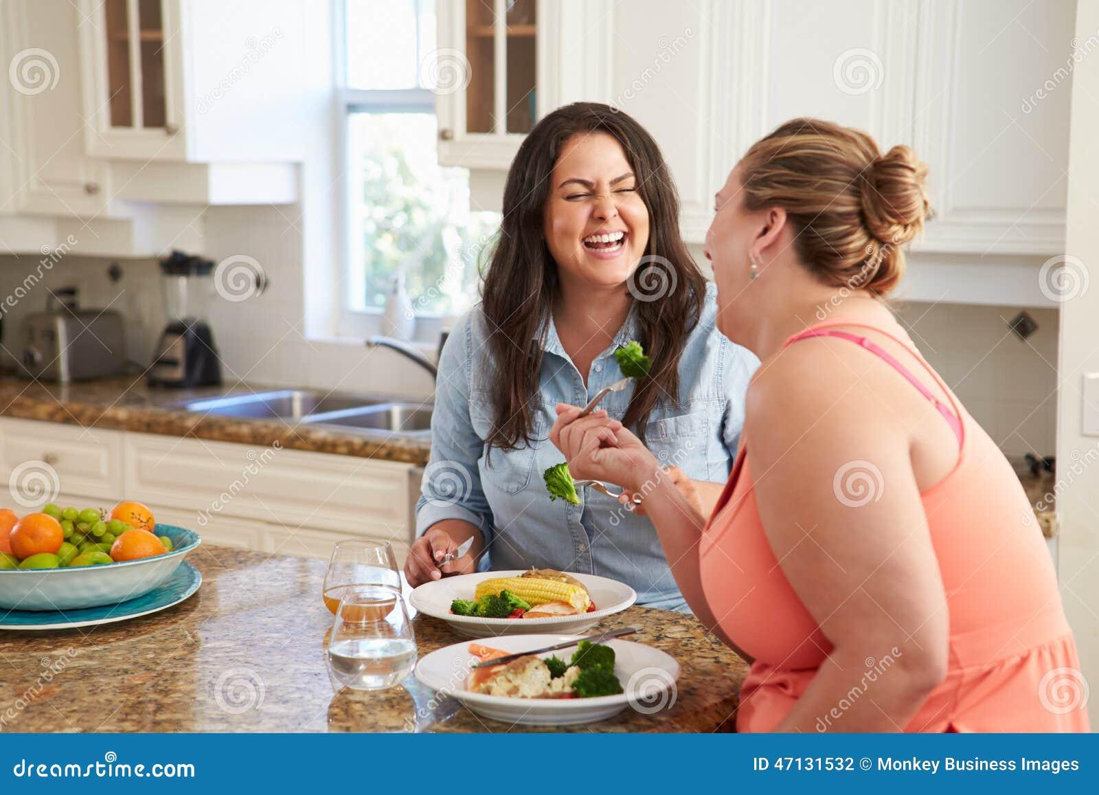 Dos Mujeres Gordas En Dieta Que Comen La Comida Sana En Cocina Foto