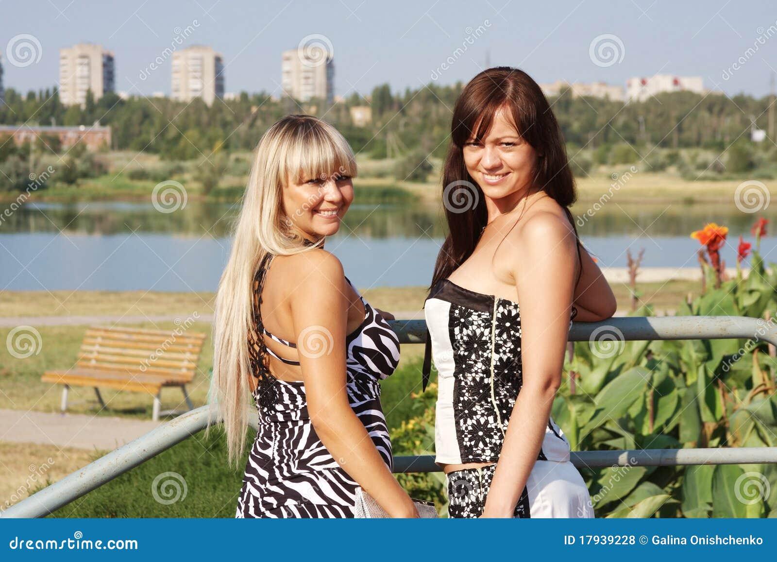 a7240f69cd3a Dos Mujeres Hermosas Jovenes En Parque Foto de archivo - Imagen de ...