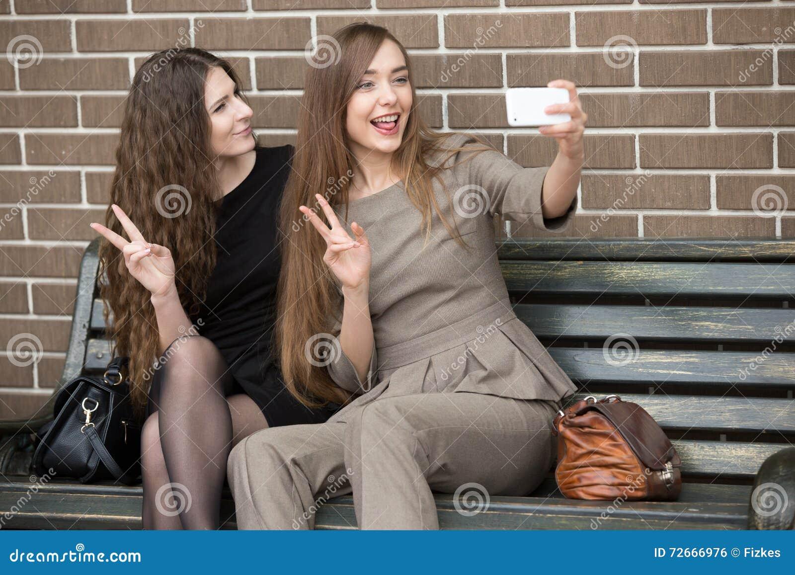 Dos jovenes chichando en la calle