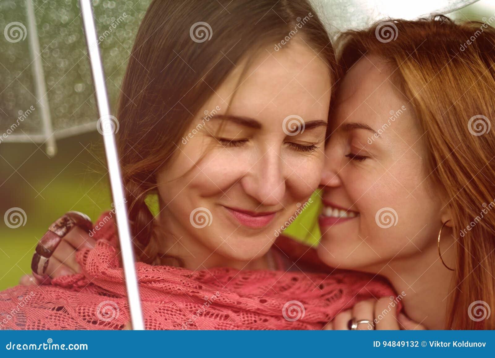 1a5b60b05632 Dos Mujeres Hermosas Jovenes Secretas En El Verano Ponen Verde El ...