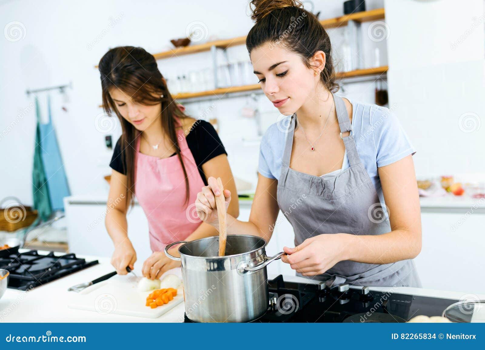 Dos Mujeres Hermosas Que Cortan Y Que Cocinan Verduras Frescas En