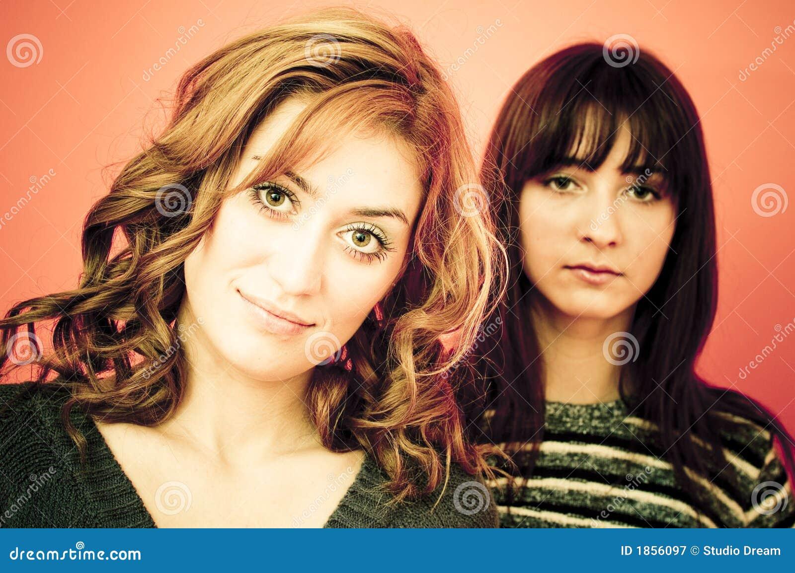Dos mujeres jovenes.