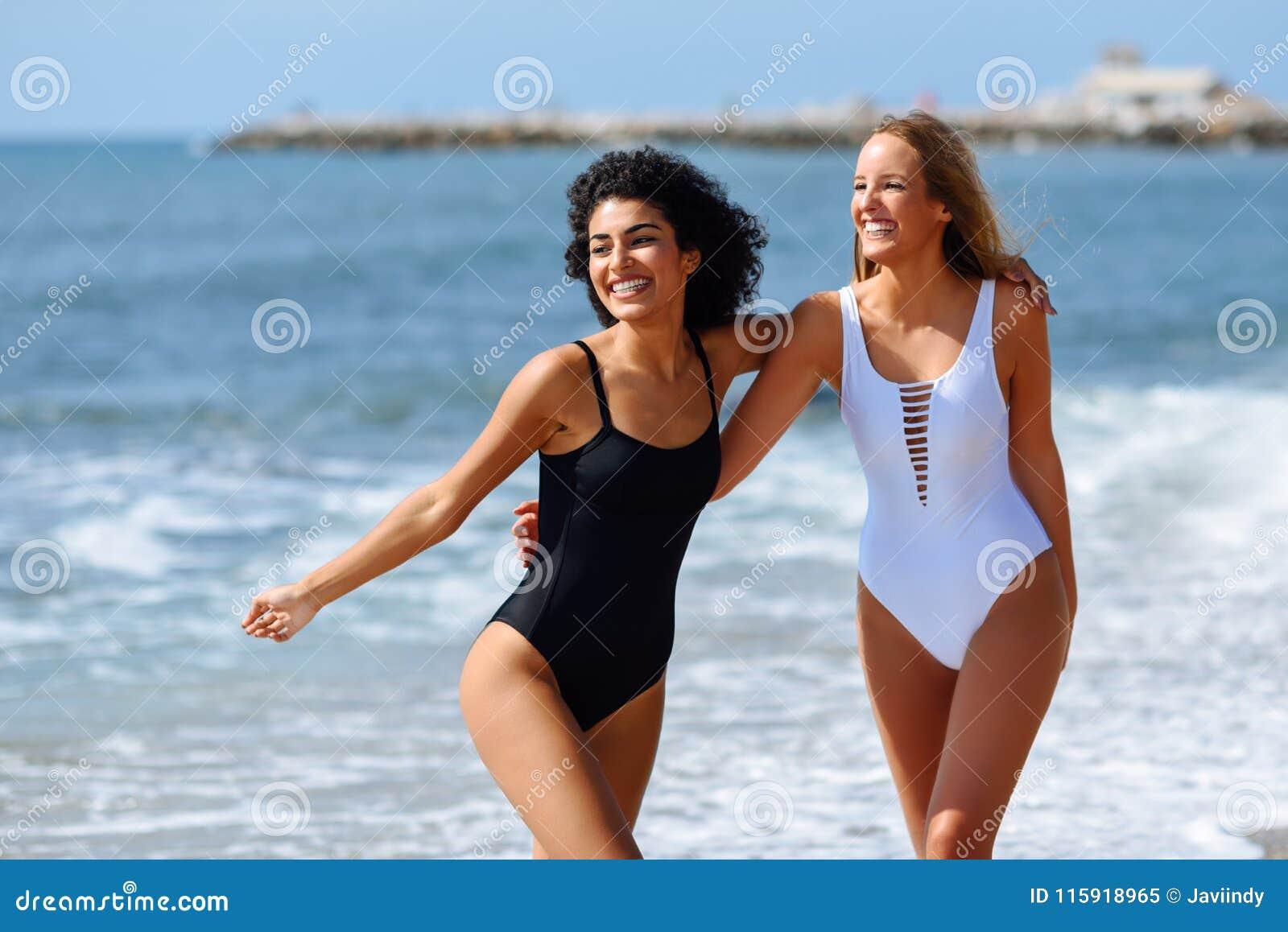 cfdd9da7b2fd Dos Mujeres Jovenes Con Los Cuerpos Hermosos En Traje De Baño En Un ...