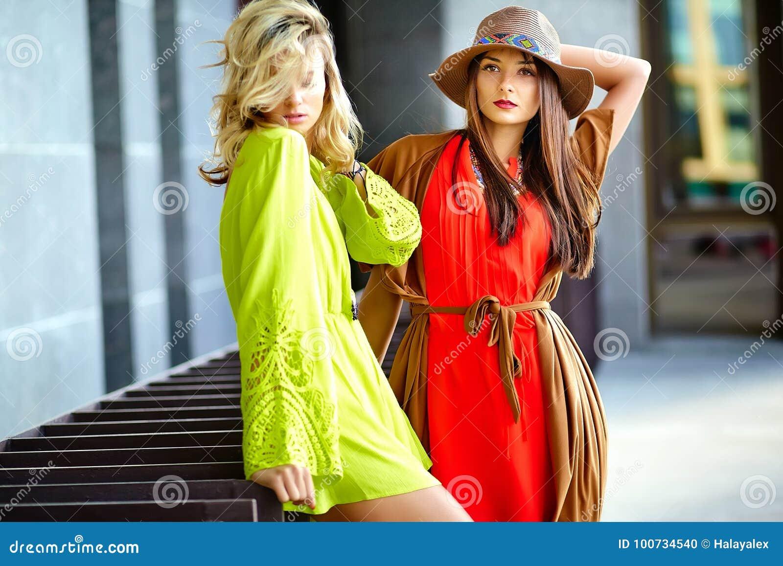 eab00efc6 Dos Mujeres Jovenes Del Hippie Modelan En Ropa Colorida Brillante ...