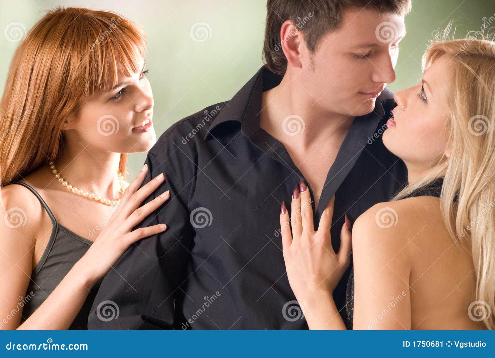 Dos chicas jóvenes azotando a hombre