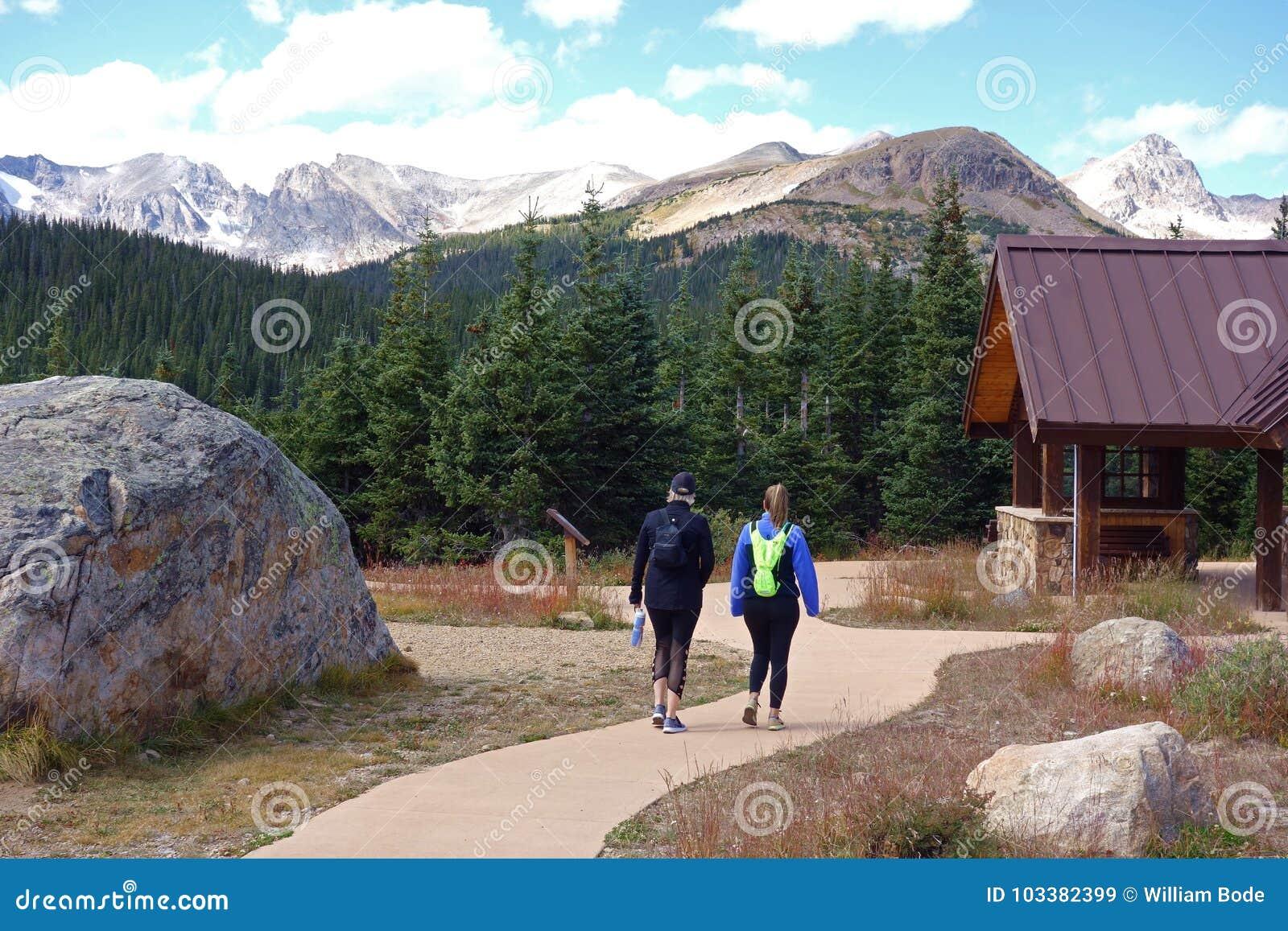Dos mujeres que caminan en Rocky Mountains