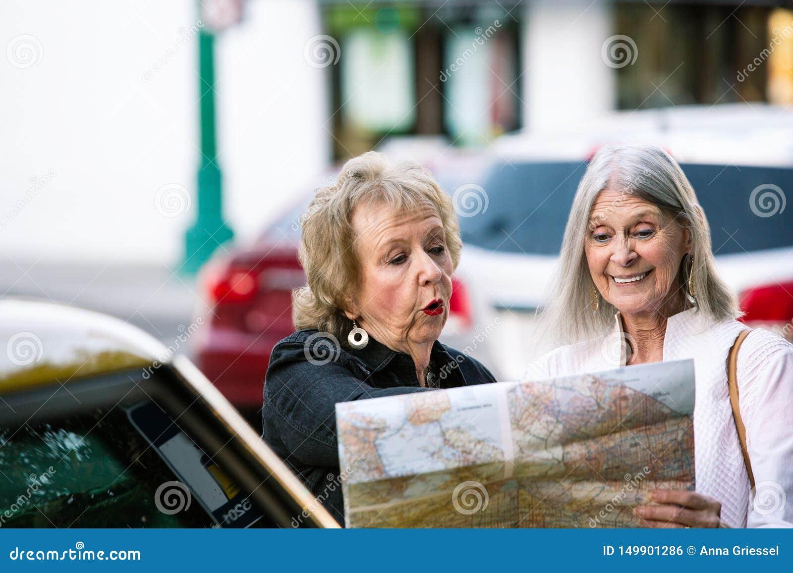 Dos mujeres que comprueban un mapa