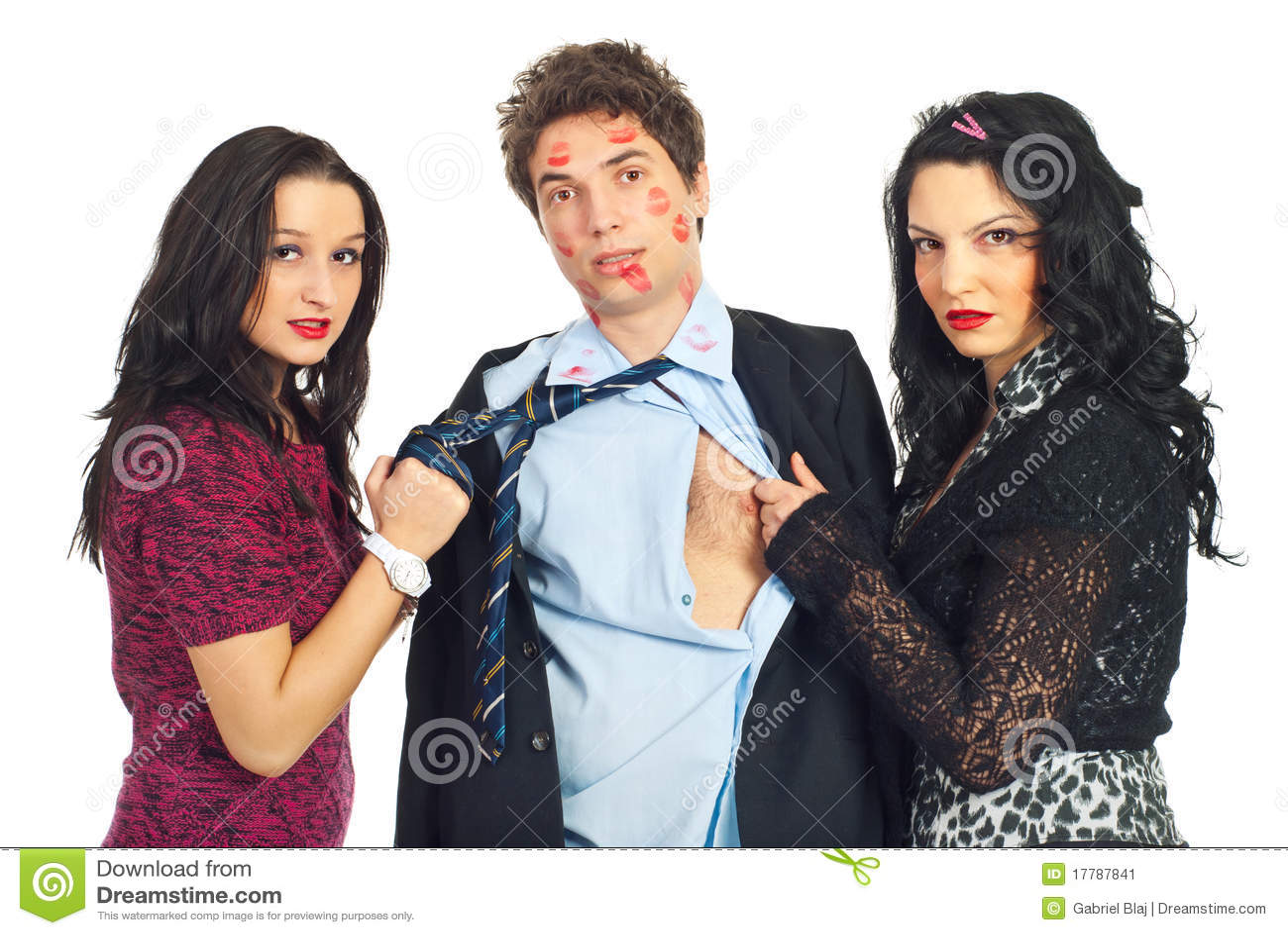 Dos mujeres traviesas que tiran del hombre del amante