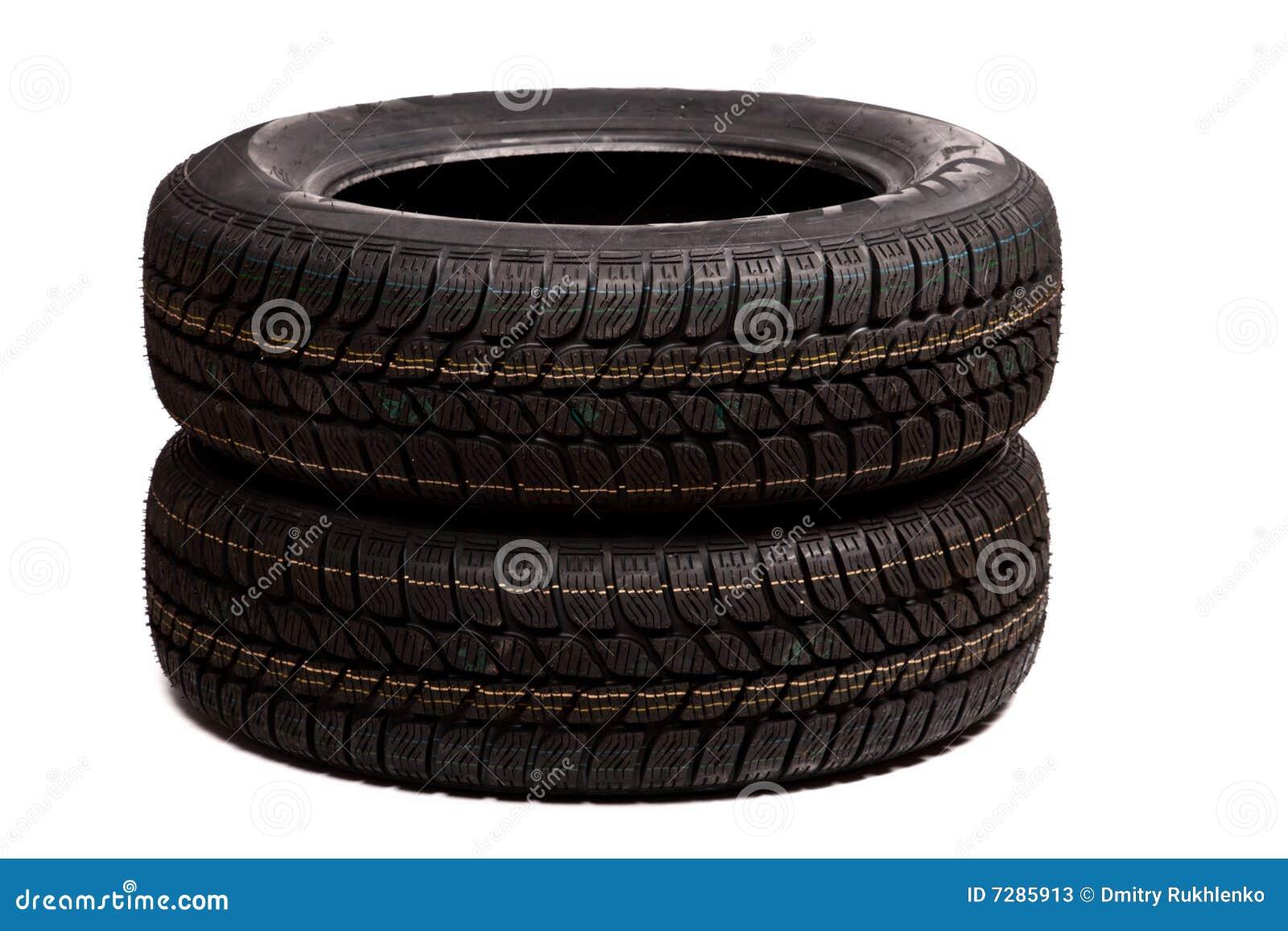 Dos neumáticos de coche aislados