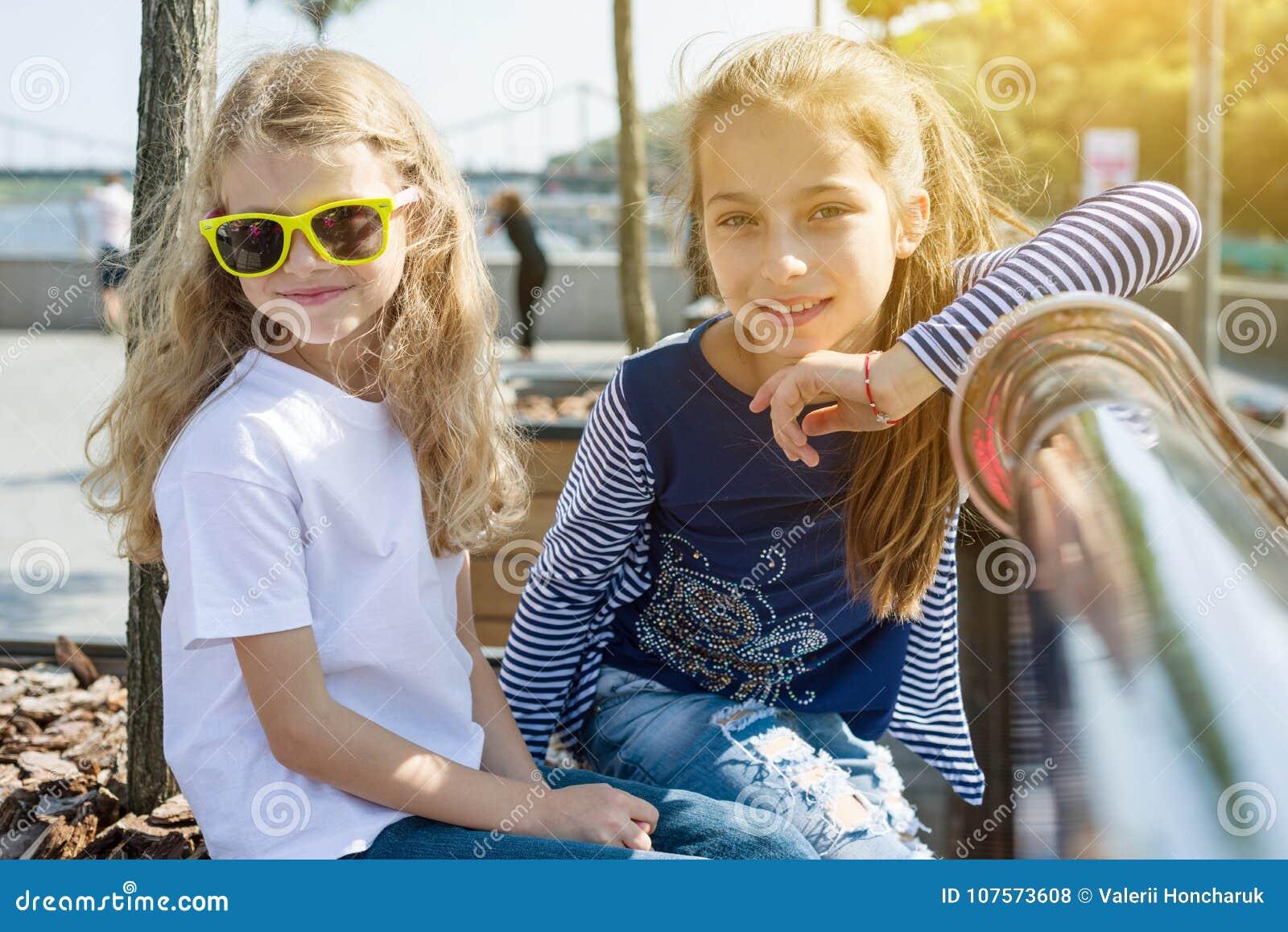 Dos niñas bonitas están mirando la cámara y la sonrisa