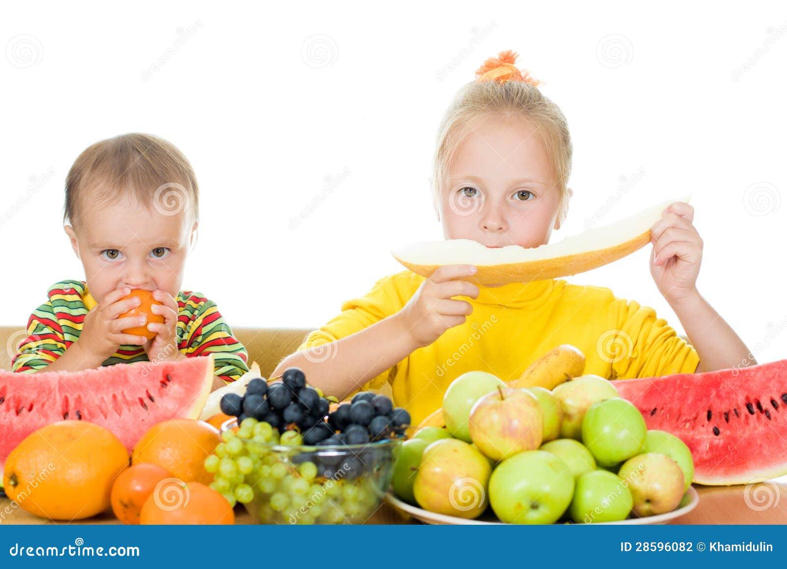 Dos Niños Comen La Fruta En Un Vector Foto De Archivo