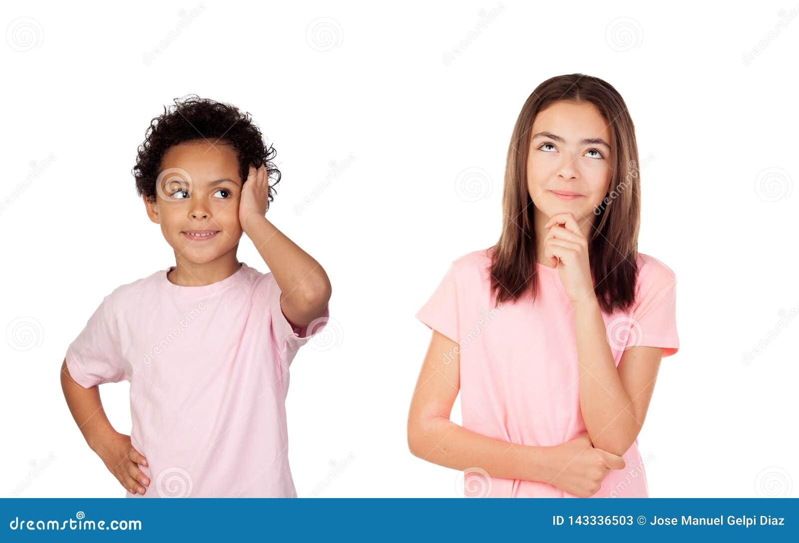 Dos niños pensativos que miran para arriba