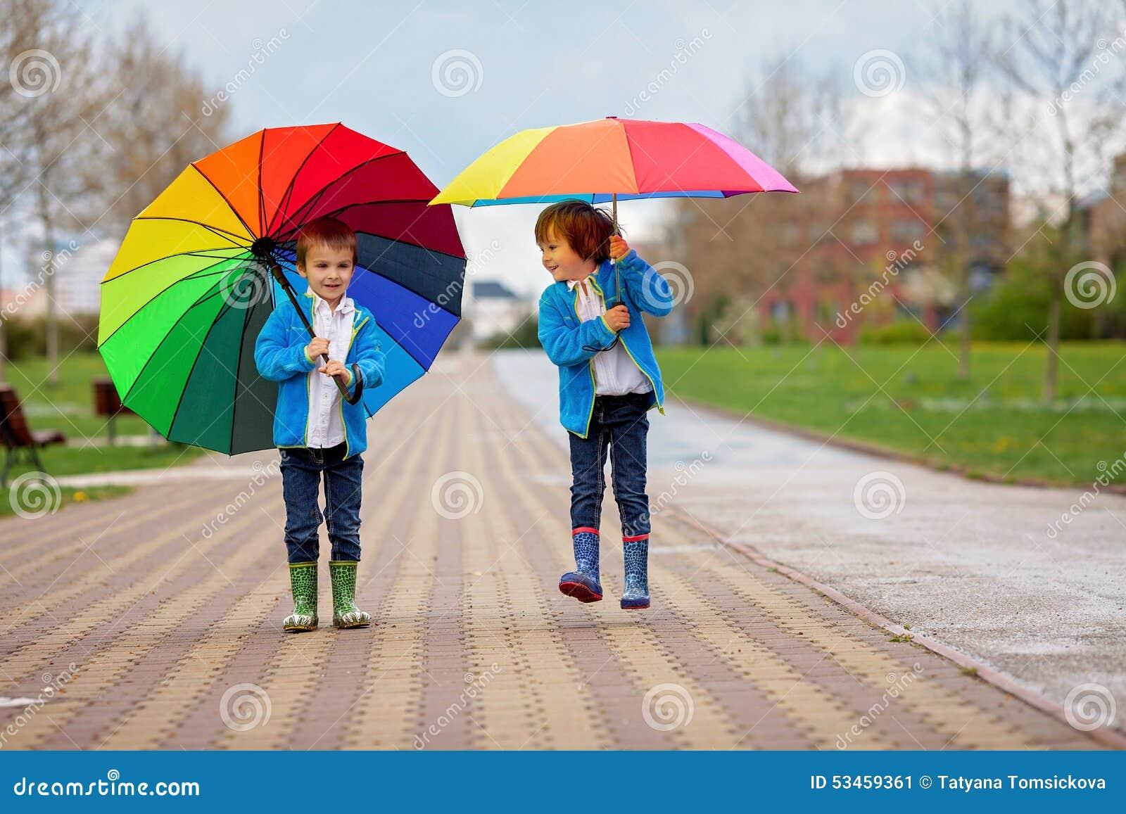 Dos Niños Pequeños Adorables, Caminando En Un Parque En Un Día ...