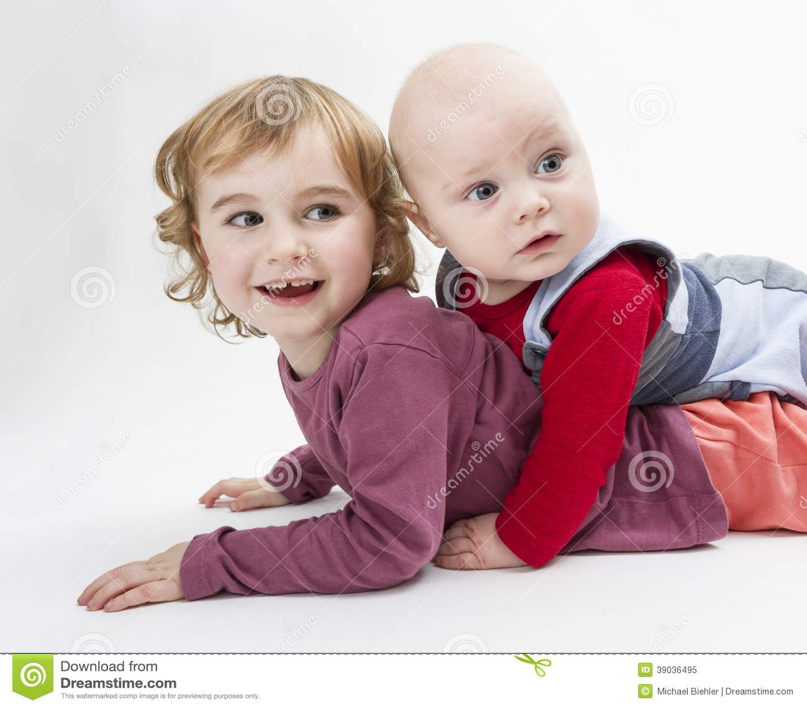 Dos niños que juegan en piso