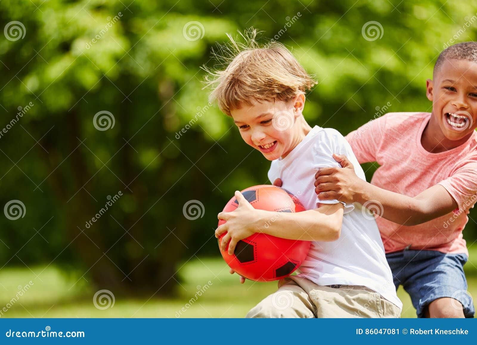 Dos niños que se divierten en verano
