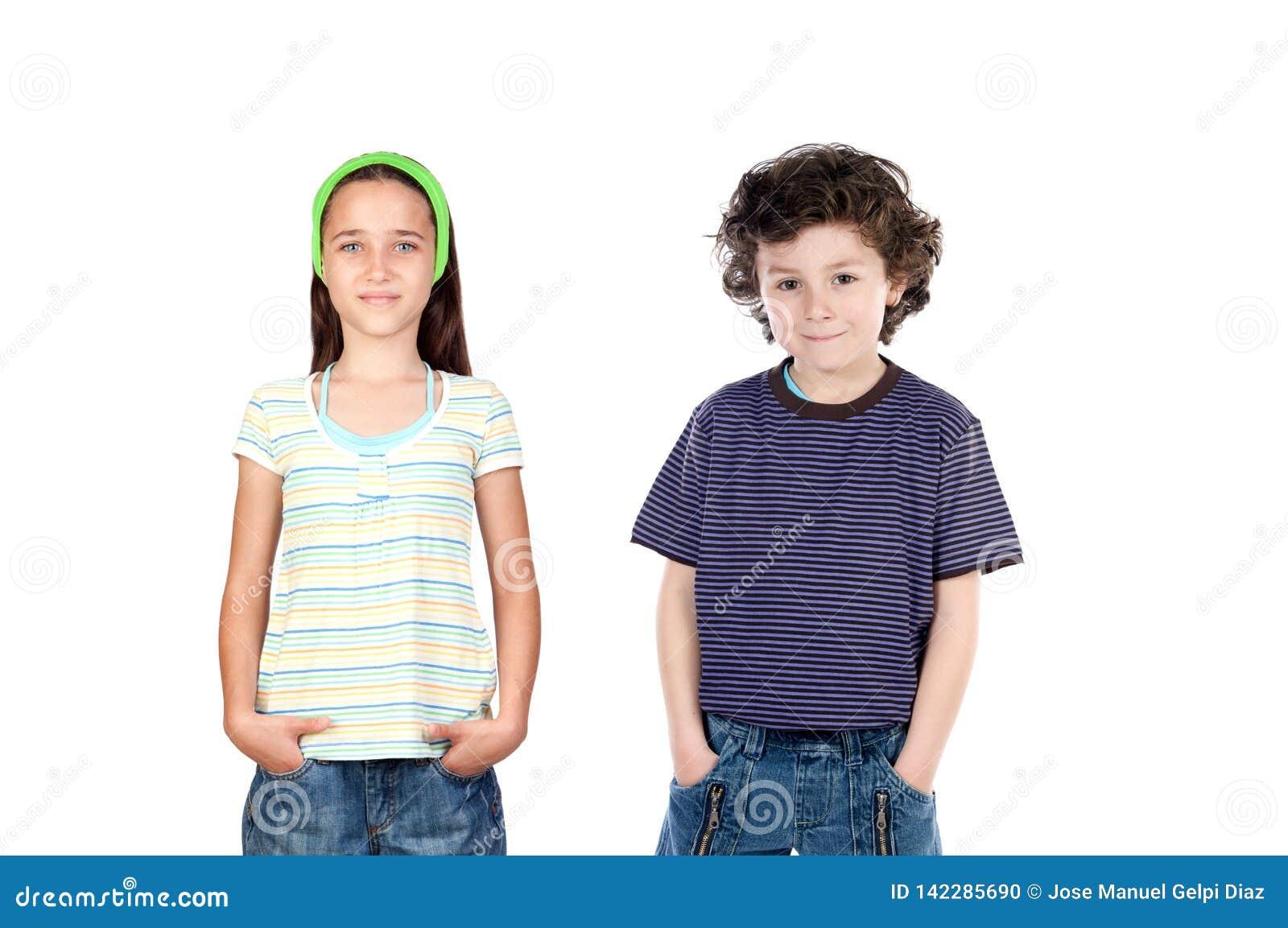 Dos niños sus manos en los bolsillos