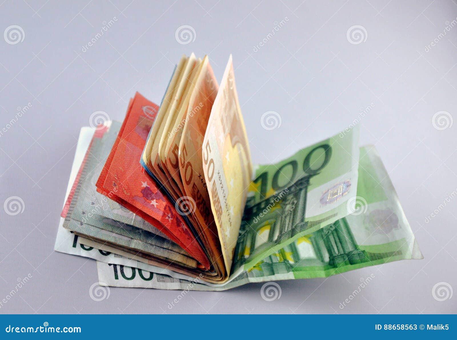 Dos notas euro con la reflexión