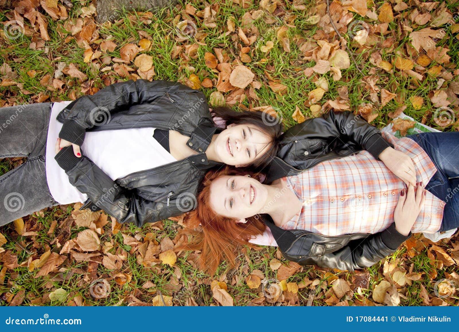 Dos novias en el parque del otoño.