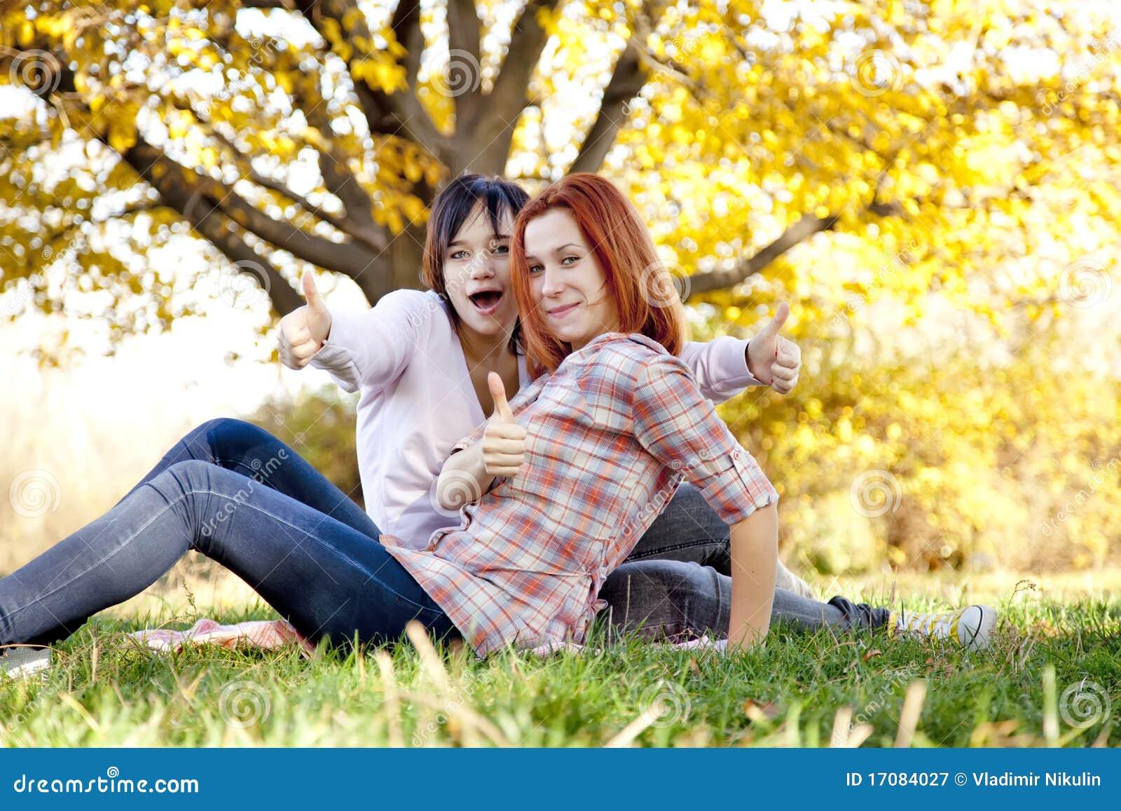 Dos novias hermosas en el parque del otoño