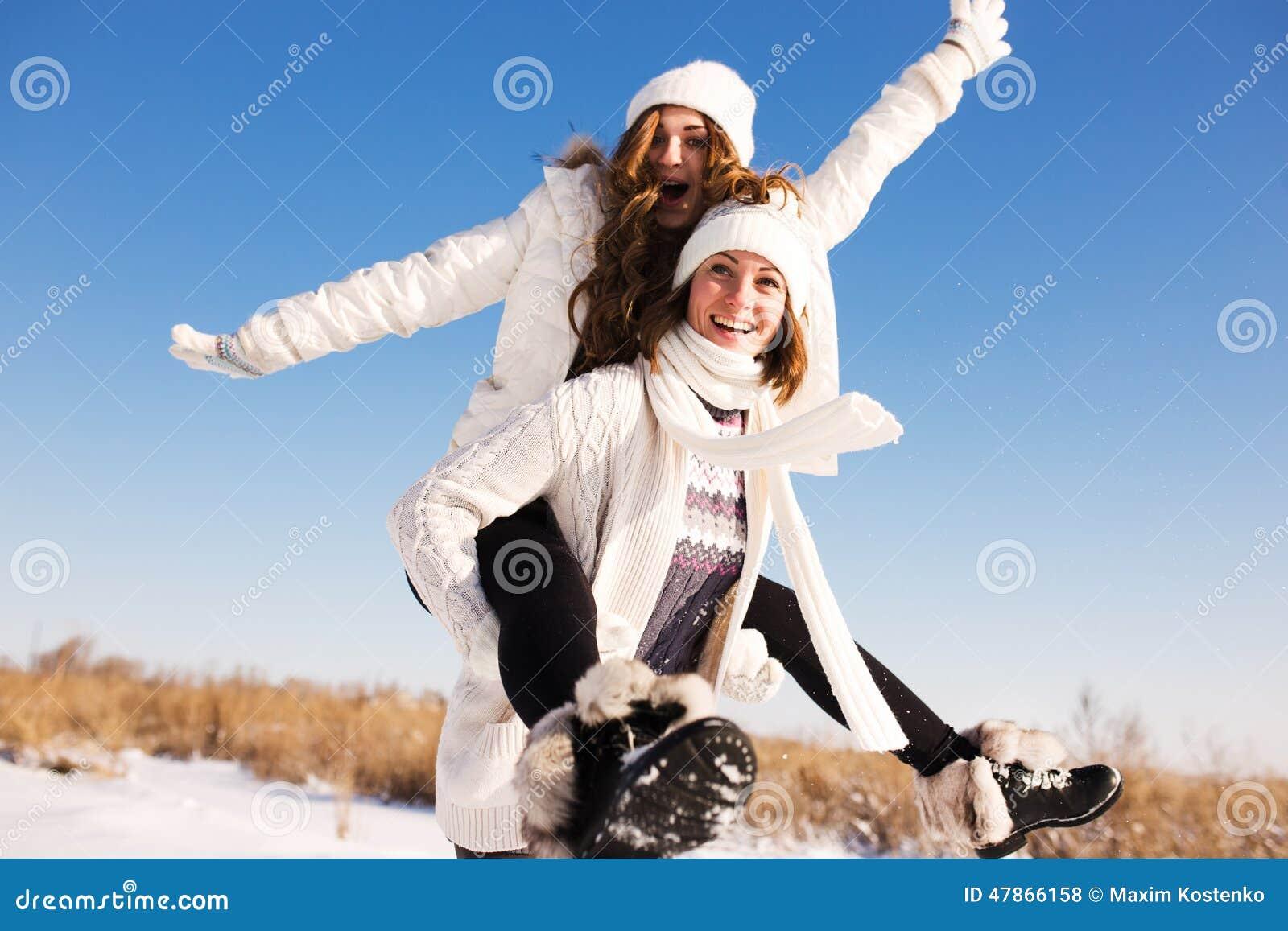 Dos novias se divierten y gozan de nieve fresca