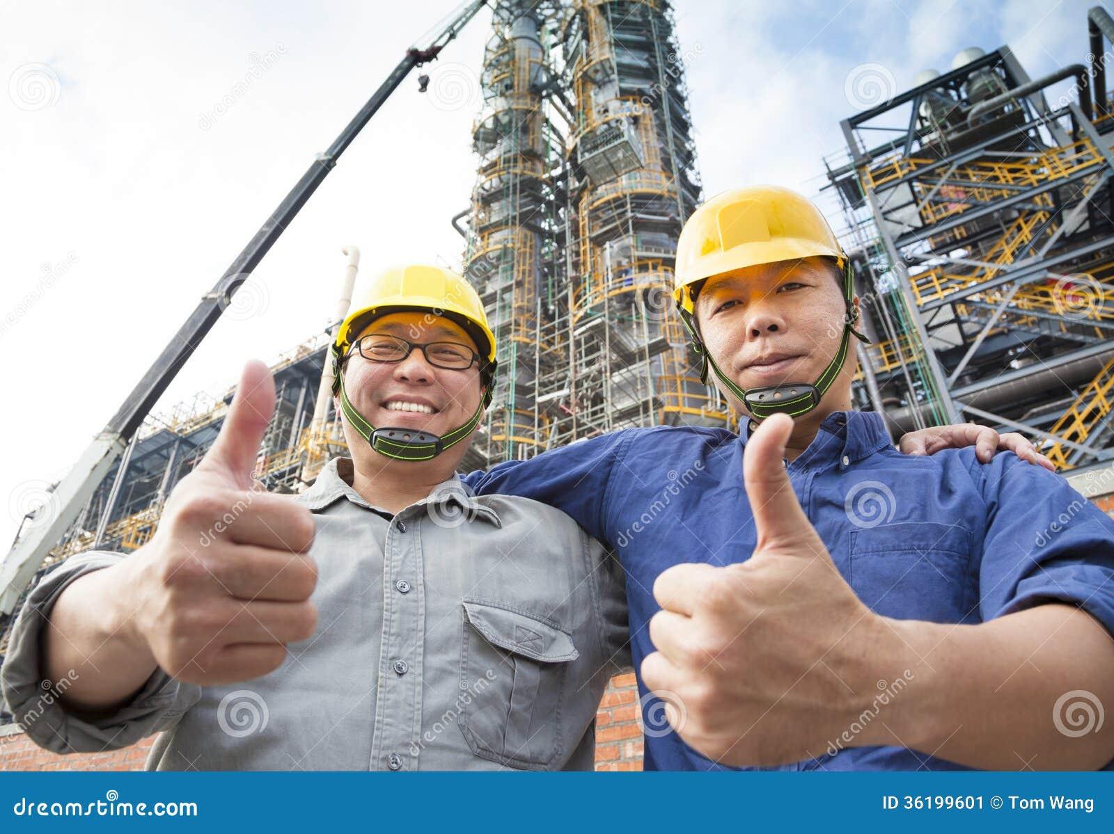 Dos Obreros Felices Con El Pulgar Para Arriba Imagen De