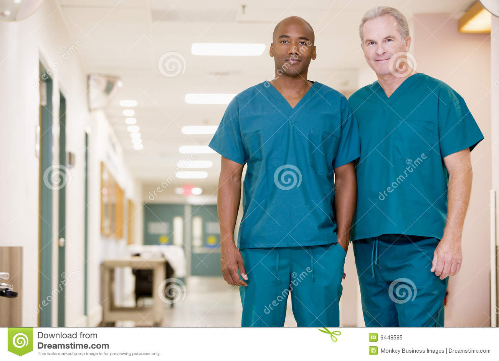 Dos ordenanzas que se colocan en un pasillo del hospital