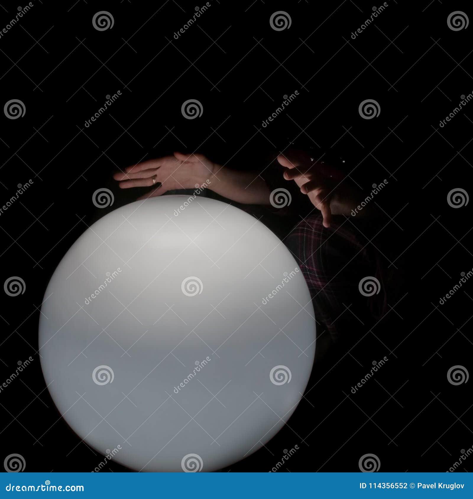 Dos palmas del adivino sobre un blanco, iluminan levemente