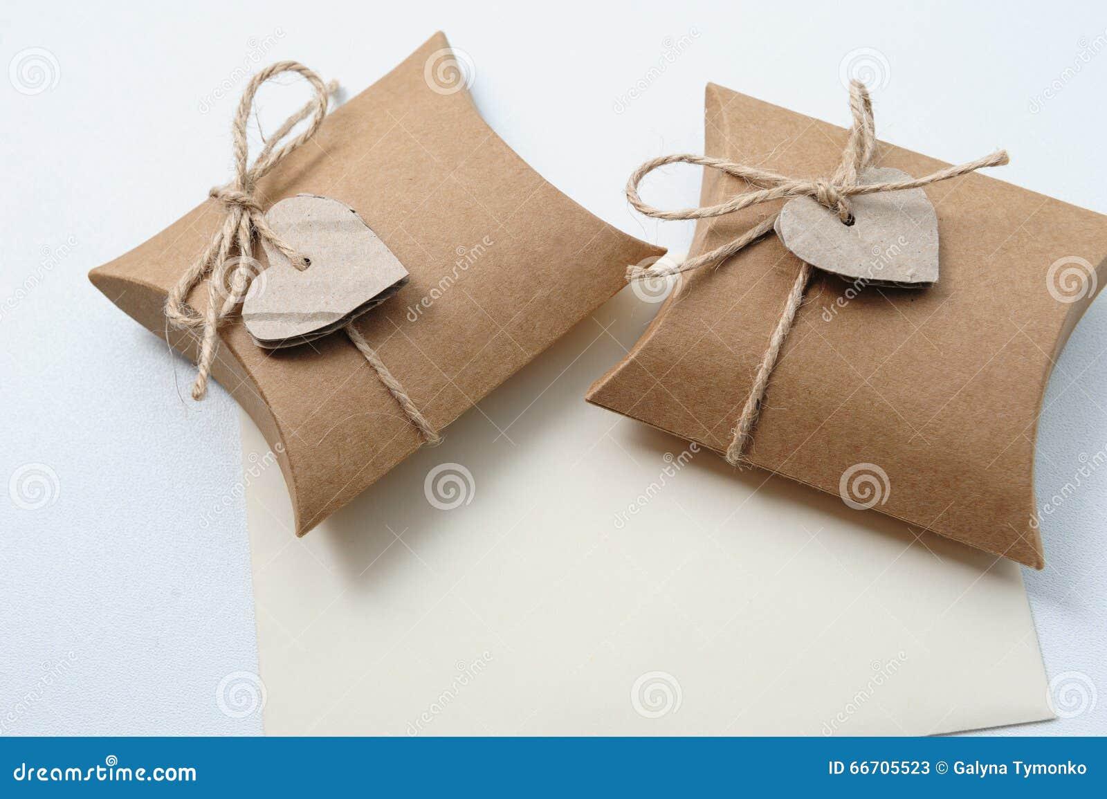 Dos peque as cajas de regalo hechas a mano con el papel de - Cajas forradas de papel ...